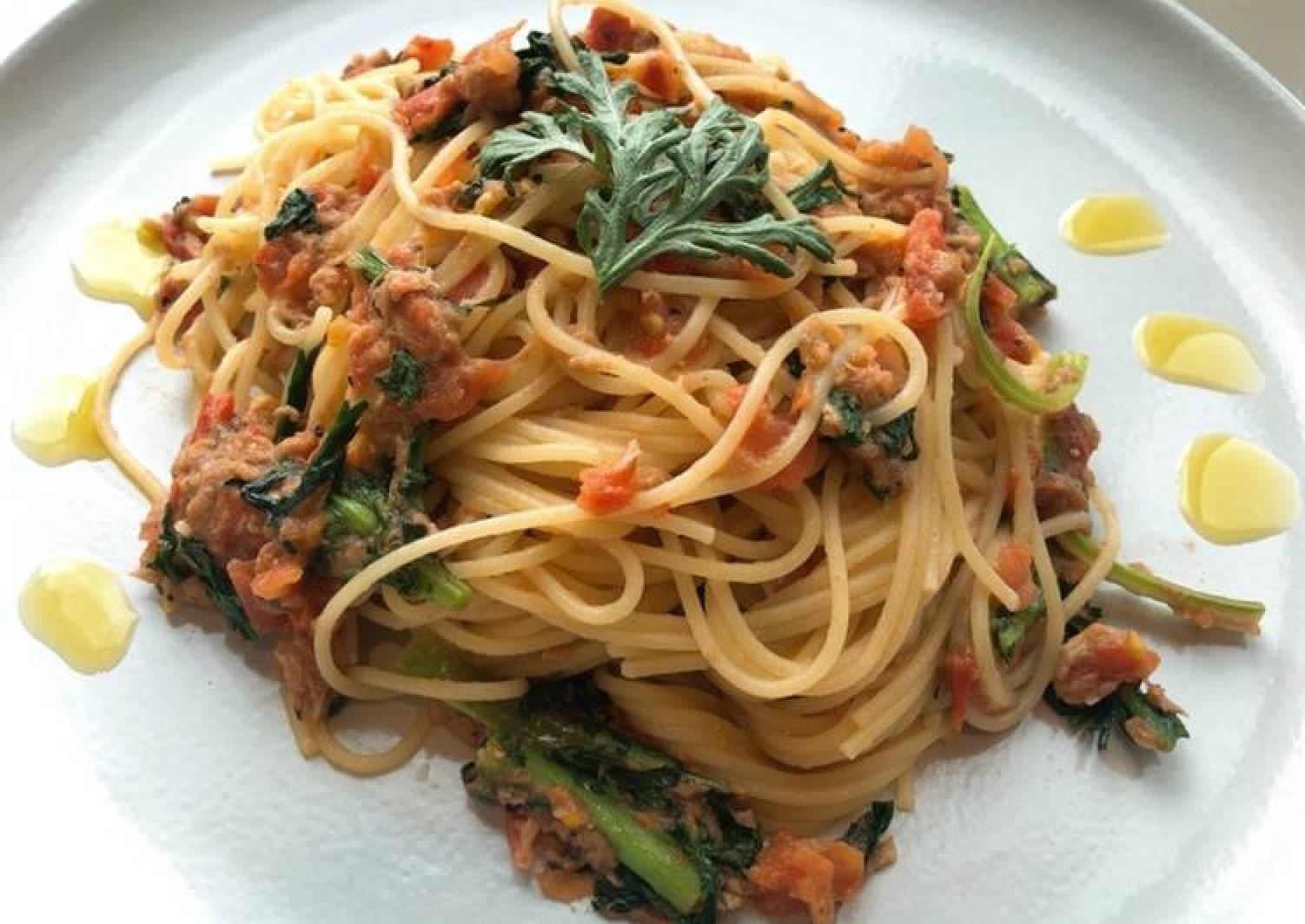 Spring chrysanthemum pasta with tuna and tomatoes