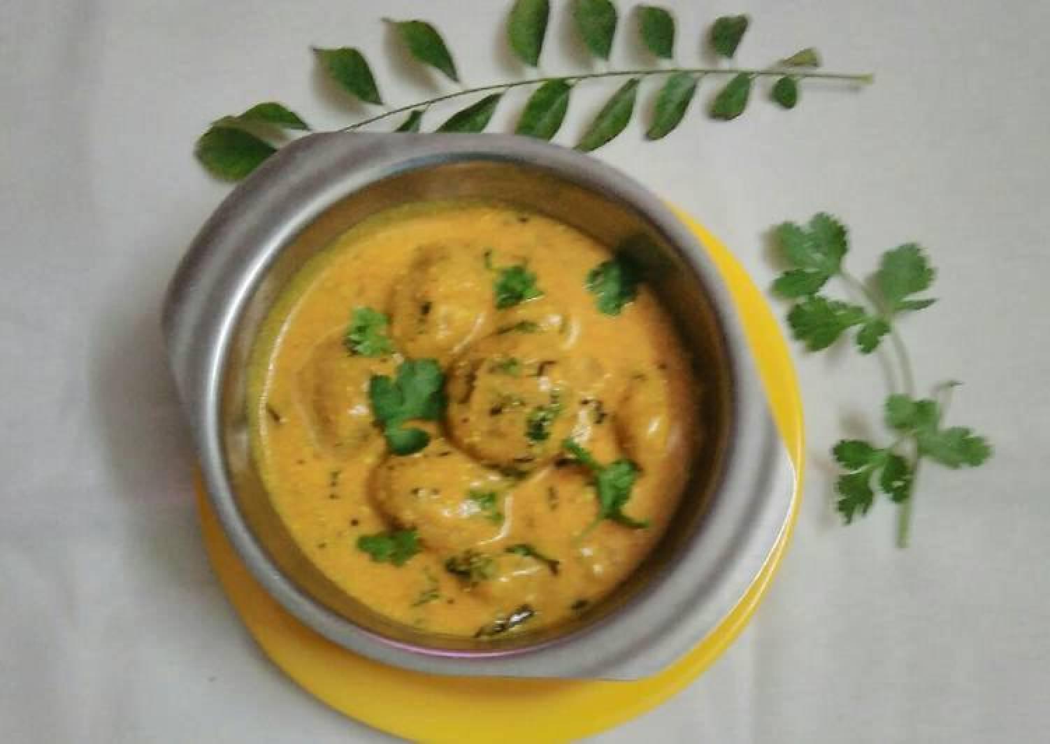 Rice fenugreek muthiya curry