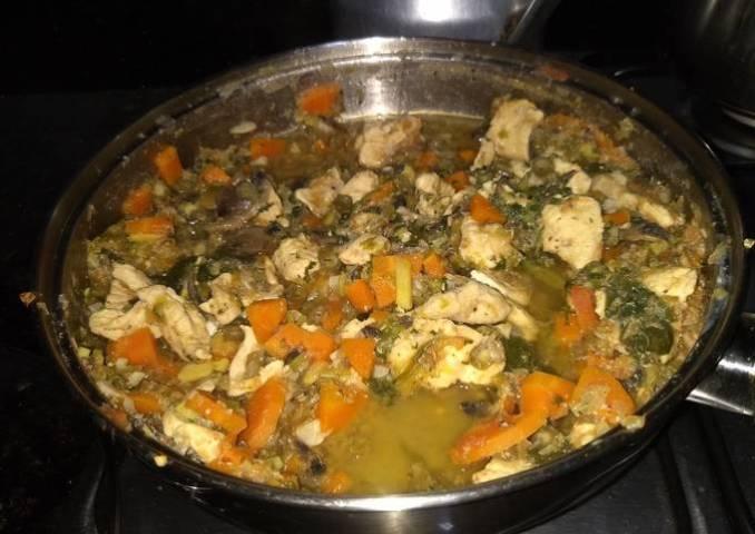 Estofado de pollo con verduras y champiñones