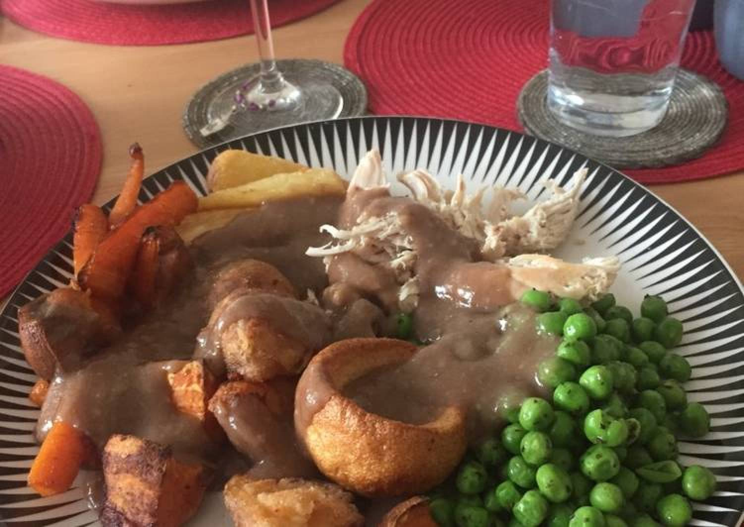 Sticky red wine, rosemary and thyme gravy