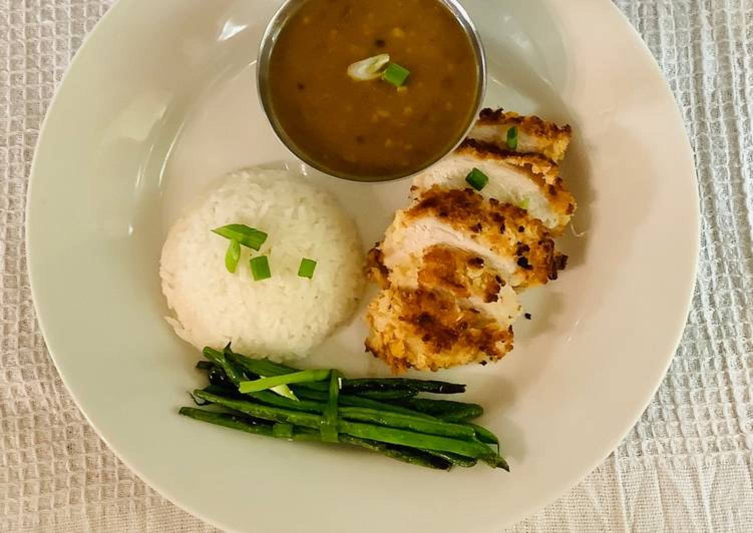 Chicken katsu served with jasmine sticky rice, curry sauce and green beans.😋