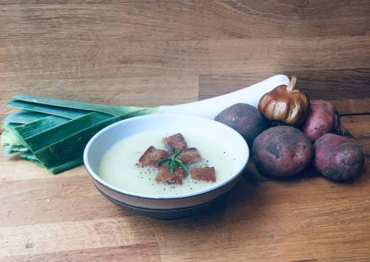 Leek, potato and smoked garlic soup with garlic and Rosemary croutons 🌱