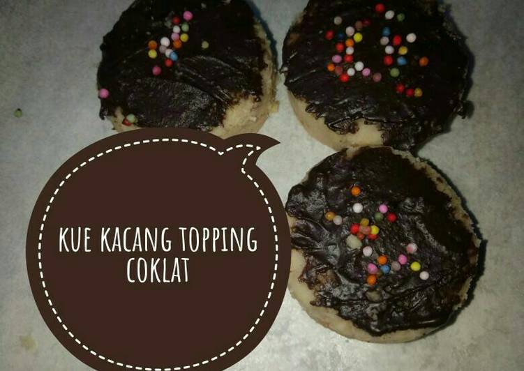 Kue kacang topping coklat