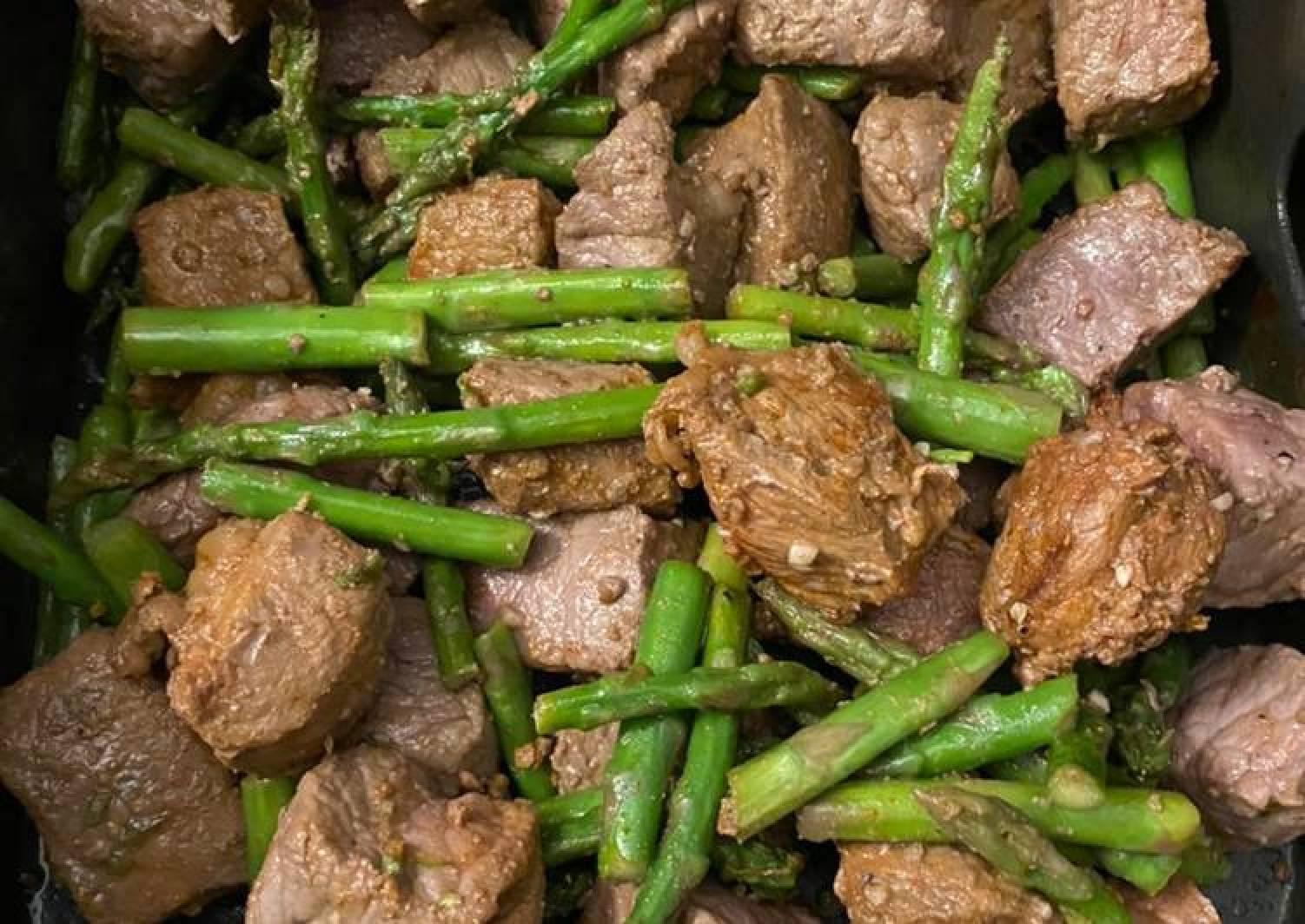 Spicy steak bites with asparagus