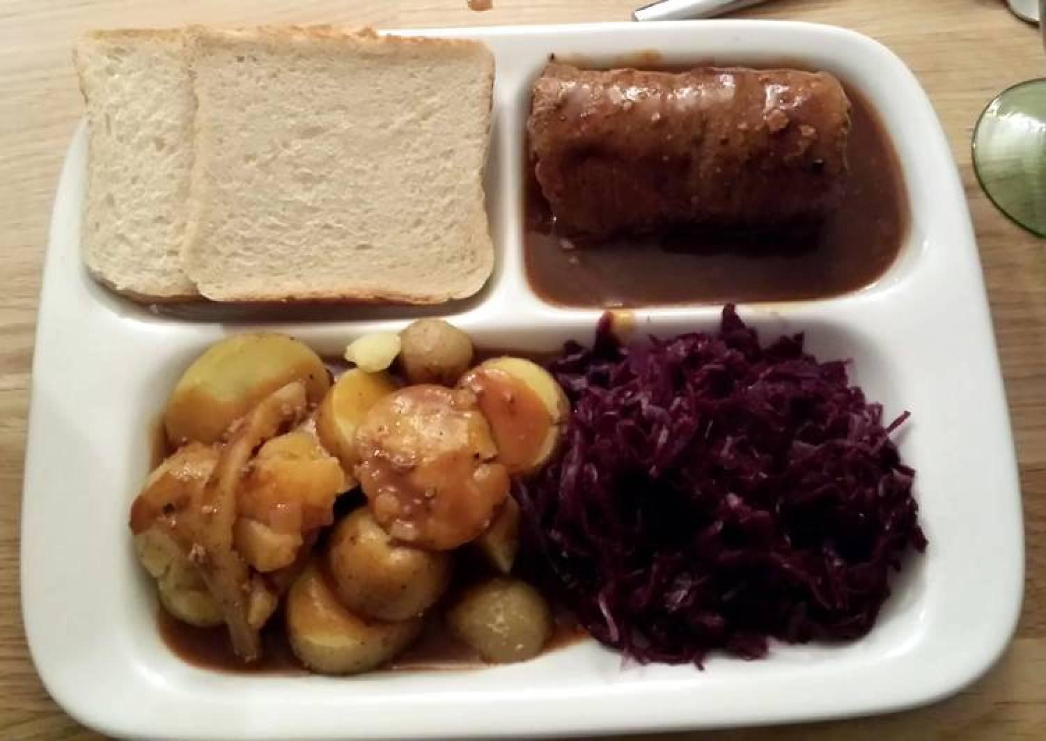 German Rouladen mit kartoffel und rotkohl