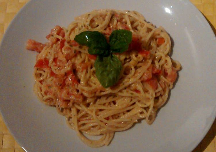 Pasta with pesto, ricotta cheese and tomato