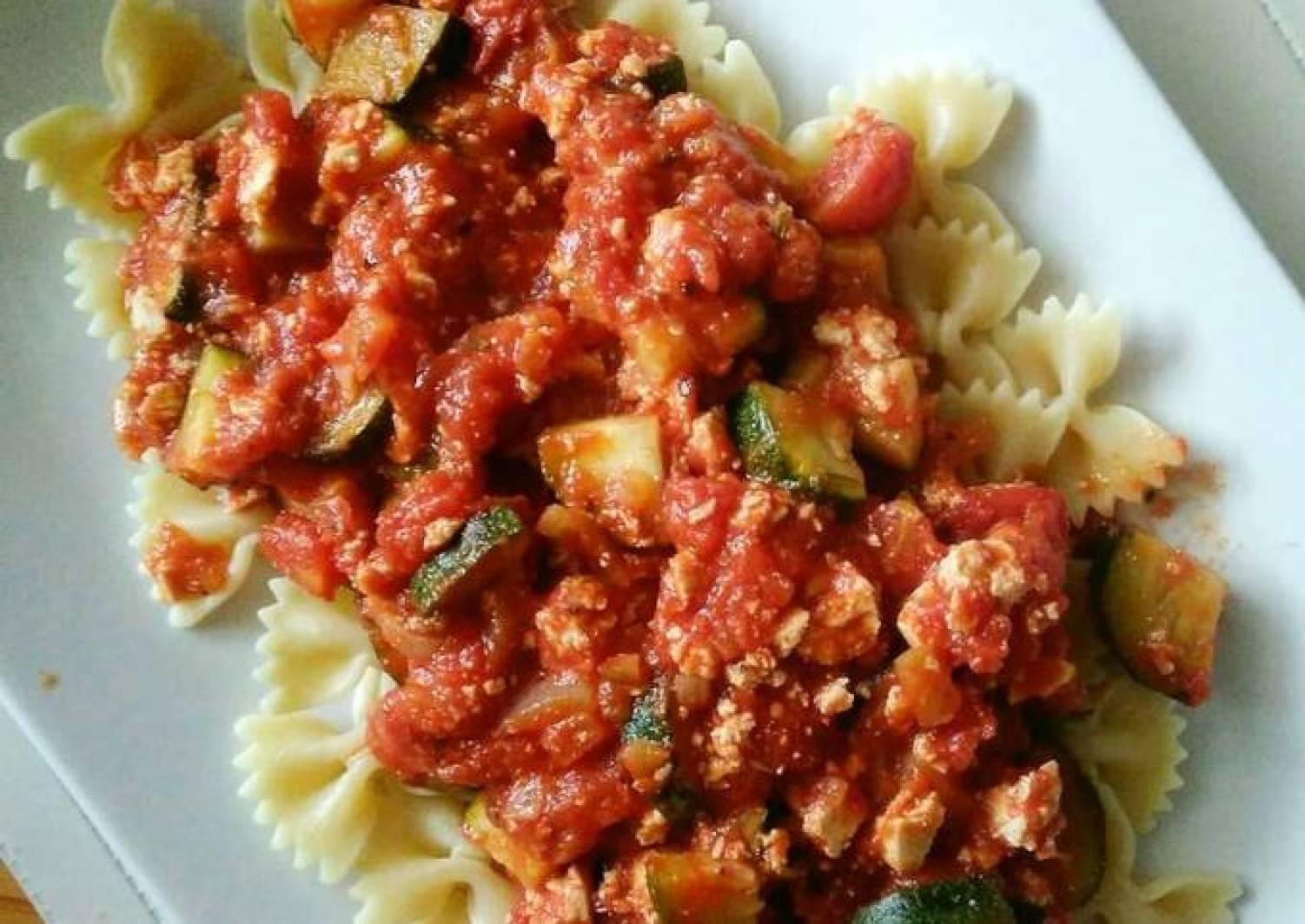 Tomato sauce with tofu and zucchini