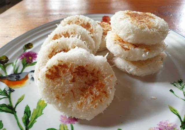 Gluten rice with Coconut (Wingko Babat)