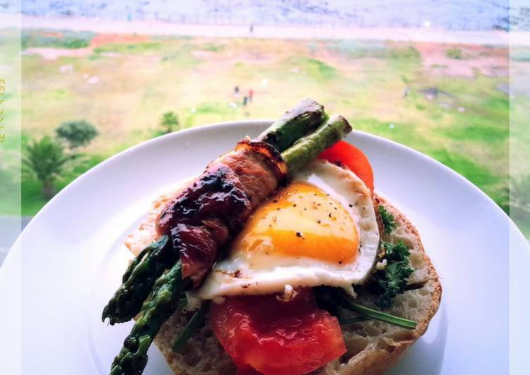 CARAMELIZED BACON, ASPARAGUS, EGG, TOMATO AND MIXED PEPPERS