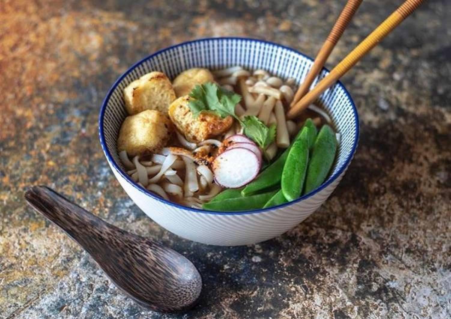 Rice noodles with crispy tofu, Enoki mushroom vegetable broth