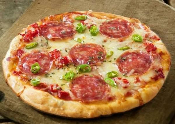 Рецепт пиццы с колбасой, сыром и помидорами - пошаговый ...