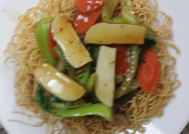 Crispy noodles and vegetables  vegetarian birds nest