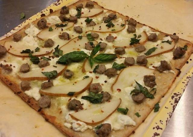 Flatbread pizzette w/ Sausage, Pear, Goat Cheese an Mozzarella