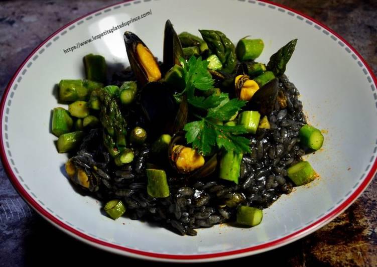 Risotto à l'encre de seiche, moules et asperges vertes