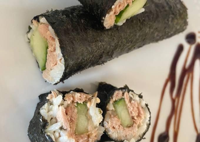 Sushi: Maki-Rolle mit Thunfisch und Gurke