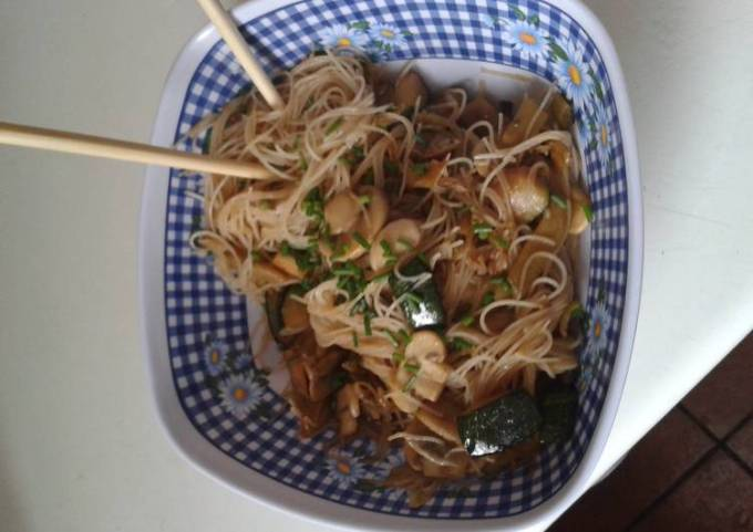 Fried rice noodles with mushrooms and zucchini.... Fideos de arroz fritos con champiñones y calabaci
