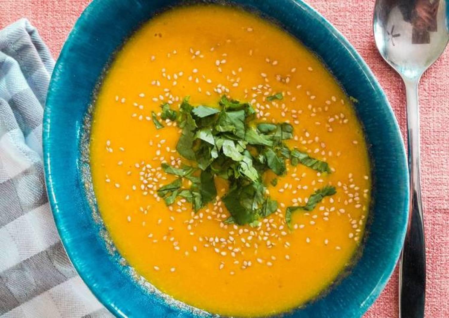 Möhren-Kokos-Suppe mit Hähnchen