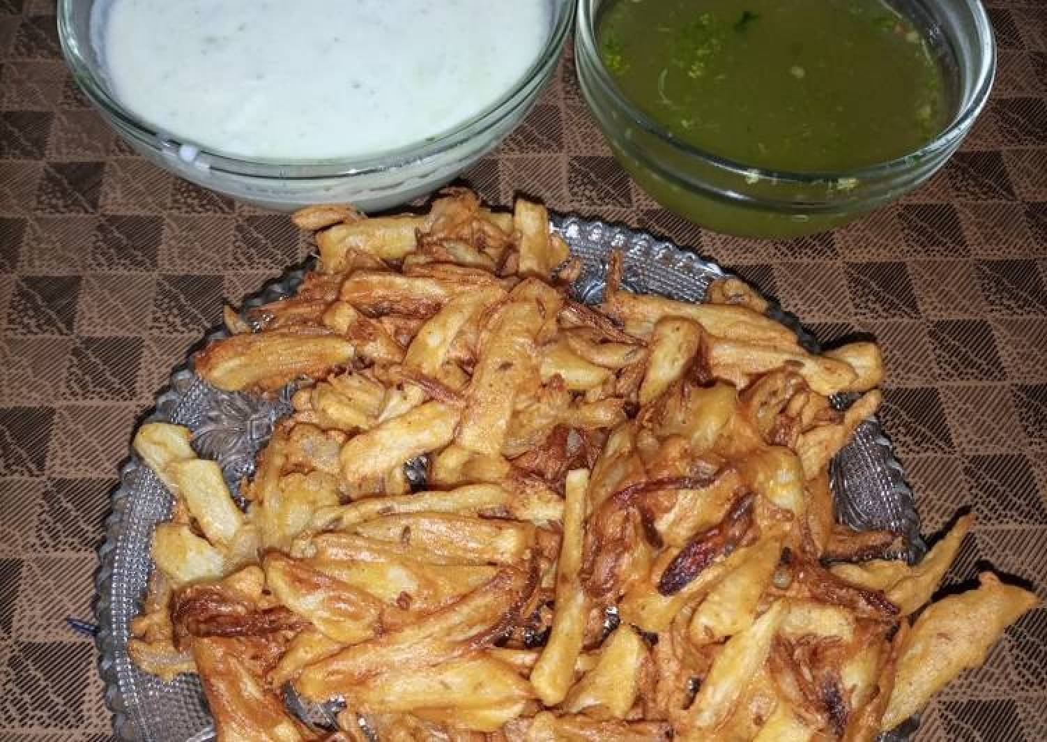 Pakoray with Mint yoghurt & Green vinegar Chutney