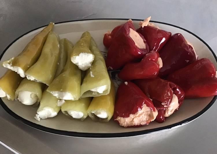 Piments verts doux à la brousse et minis poivrons rouges farcis fromage frais tomates