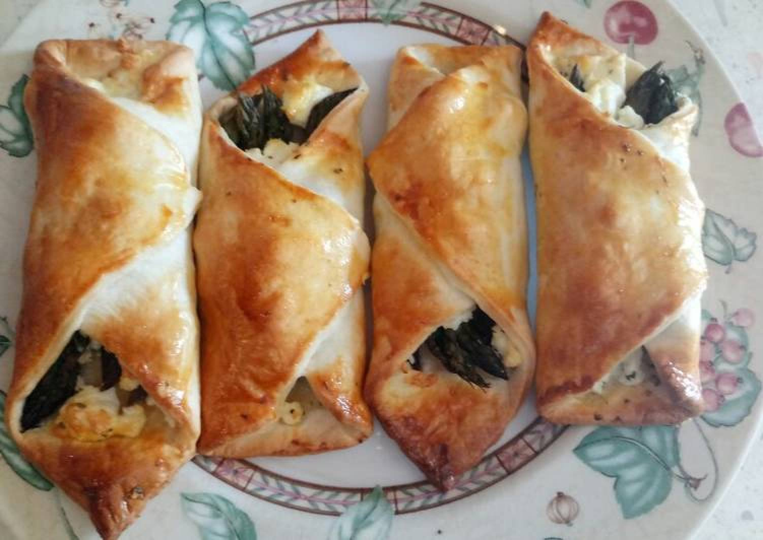 Feta and asparagus pastry wraps