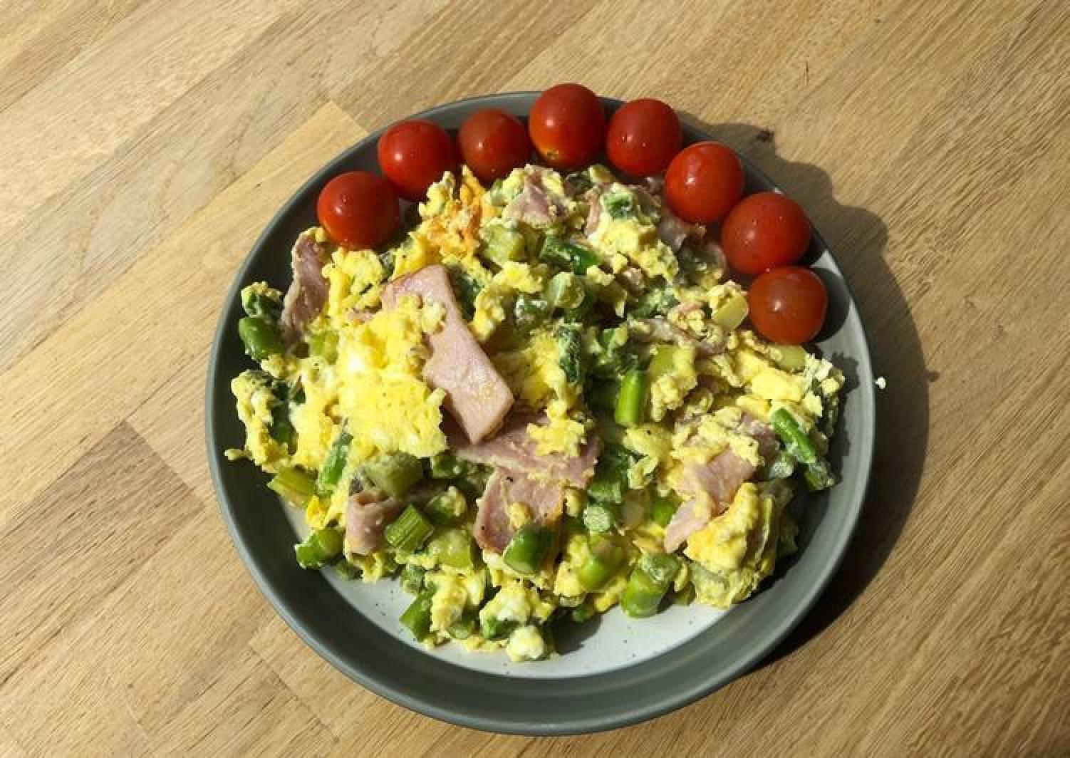 Quick asparagus, bacon & feta scramble