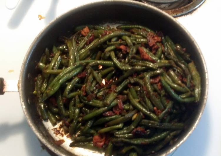 Whole green beans with bacon