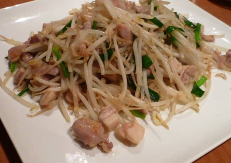 Quick and Easy Delicious Chinese-style Chicken and Bean Sprout Stir-Fry