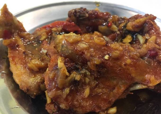 Fried chicken with sweet sour garlic sauce