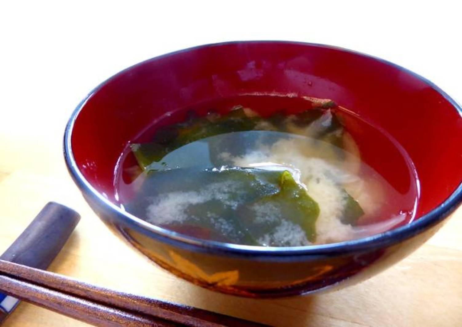 Miso-Suppe (Misoshiru) mit Wakame und Zwiebel