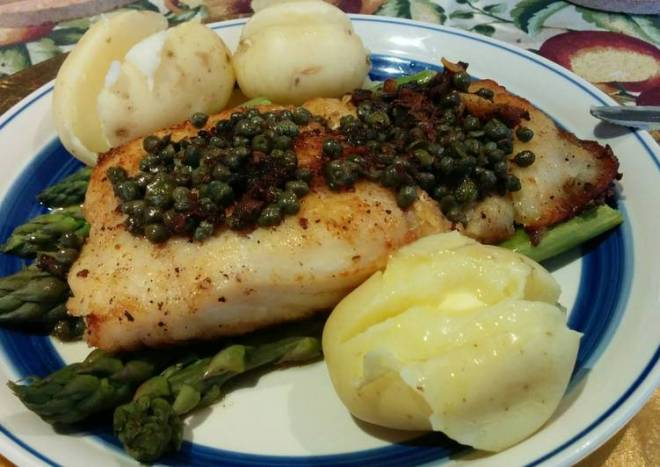 Rockling on steamed Asparagus with capers