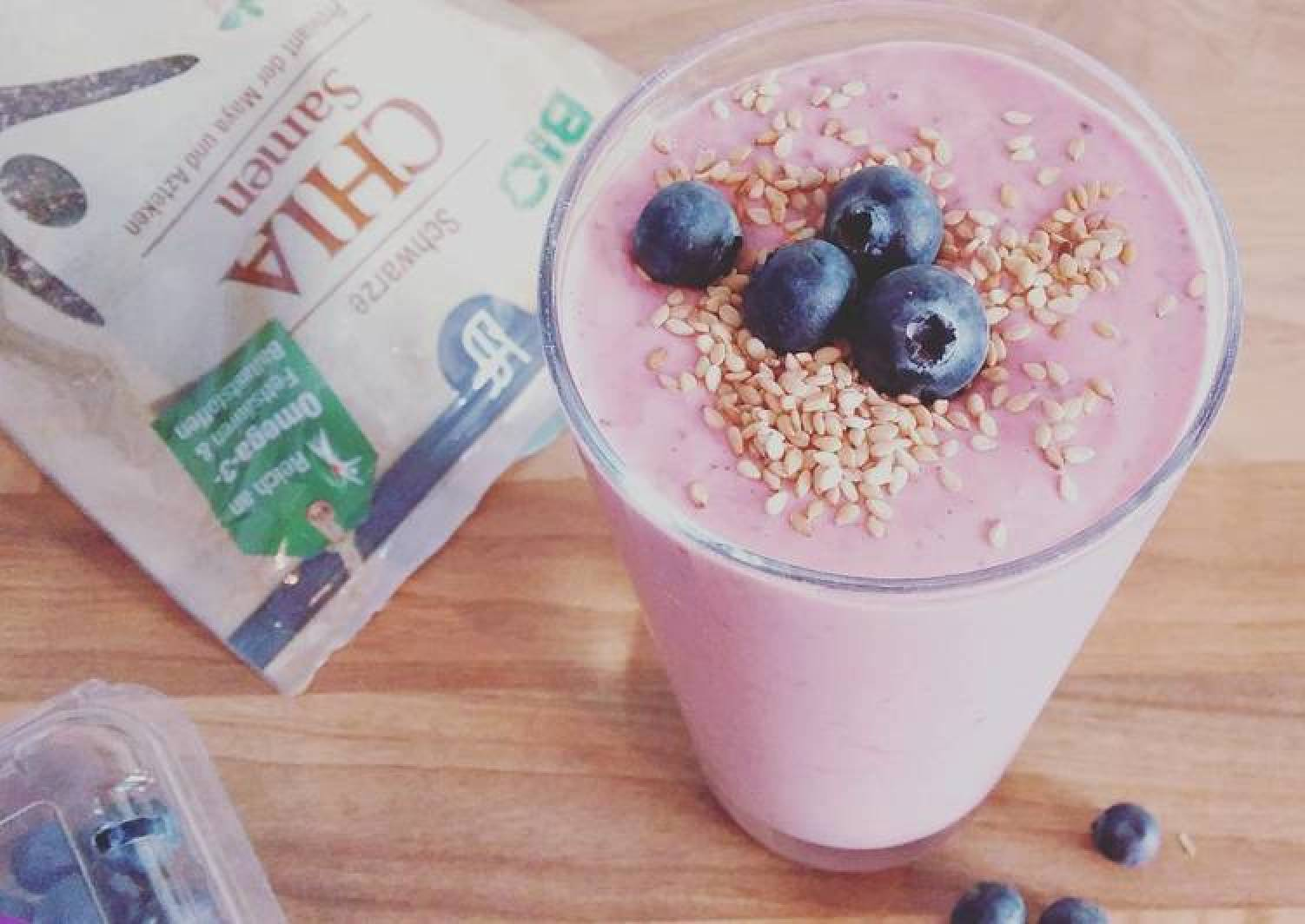 Blueberry-raspberry smoothie with chia seed