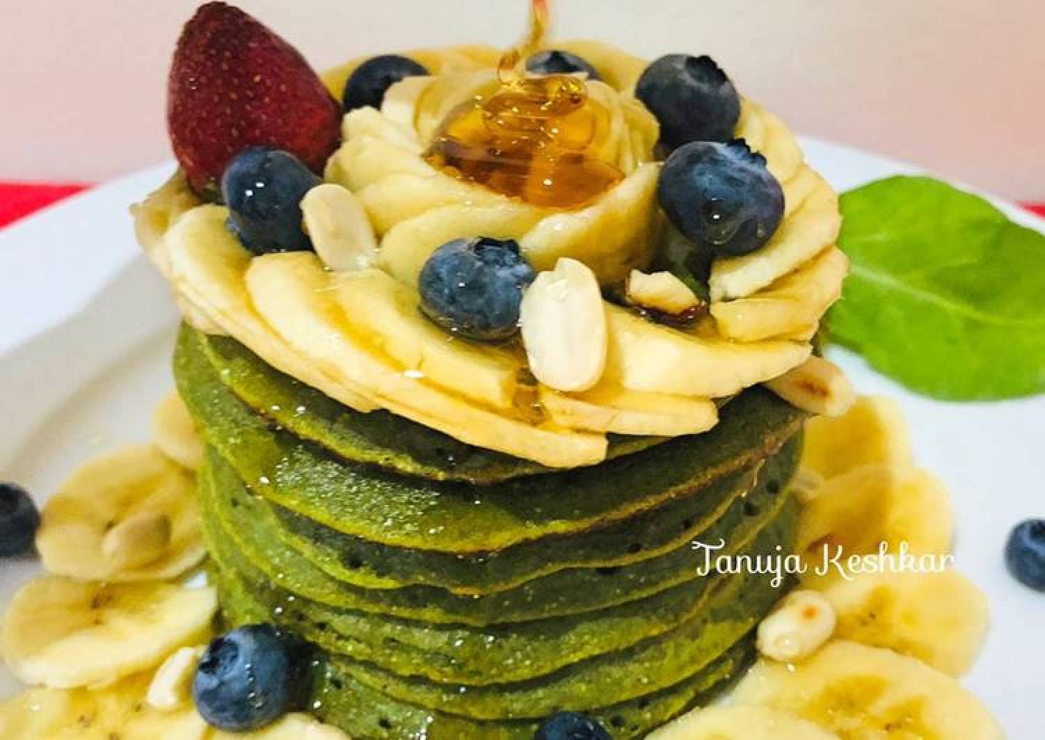 Banana spinach pancakes with peanuts