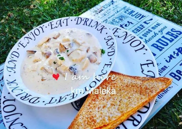 Creamy chicken mushrooms soup