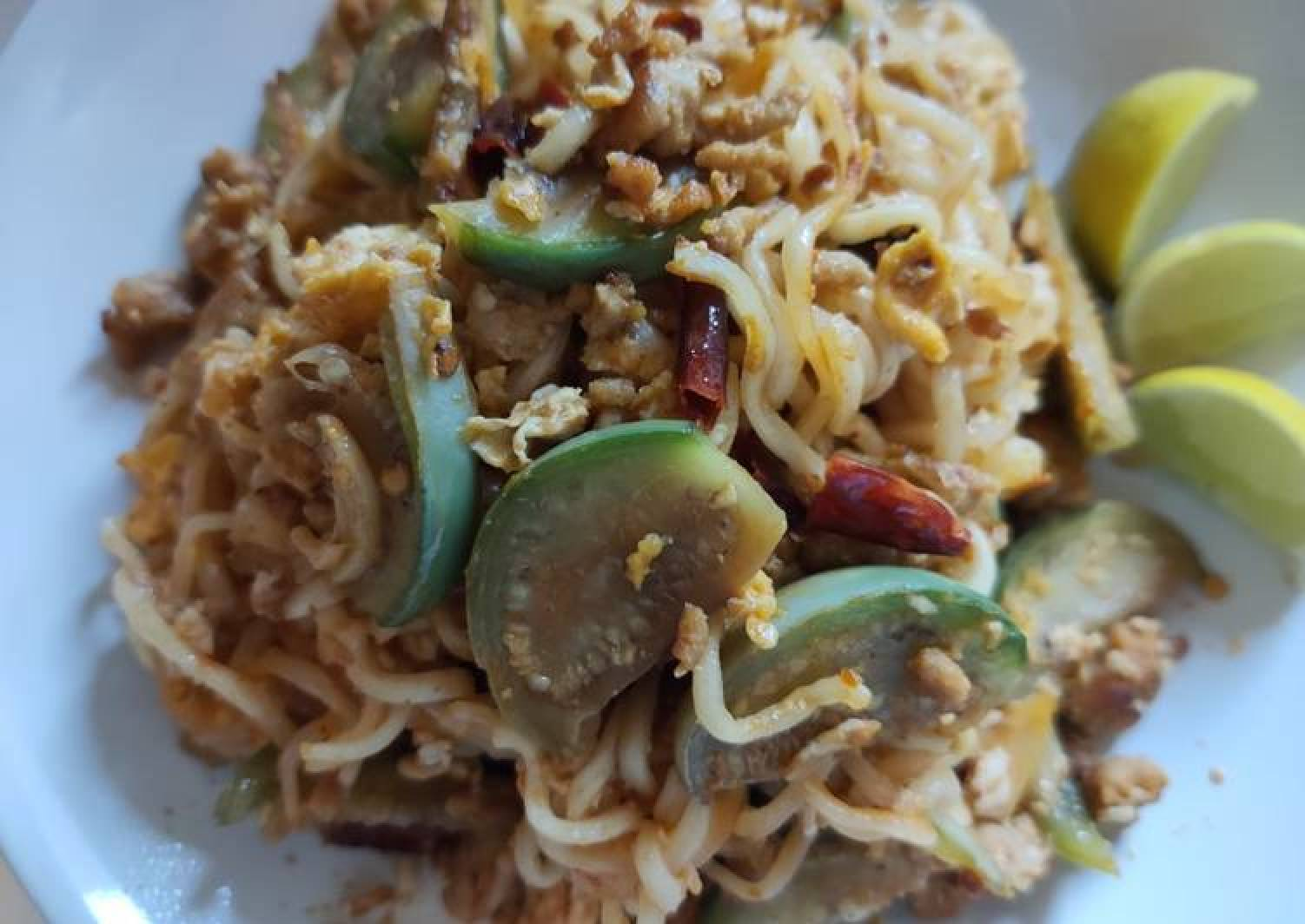 Fried noodle with dried hot chilli (มาม่าผัดพริกแห้ง)
