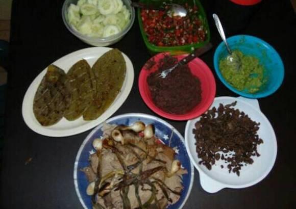 Mesa a lo mexicano (carnes asadas, nopales, pico de gallo...)