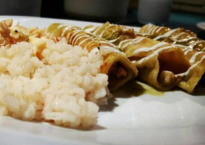 Flautitas en salsa verde y arroz primavera