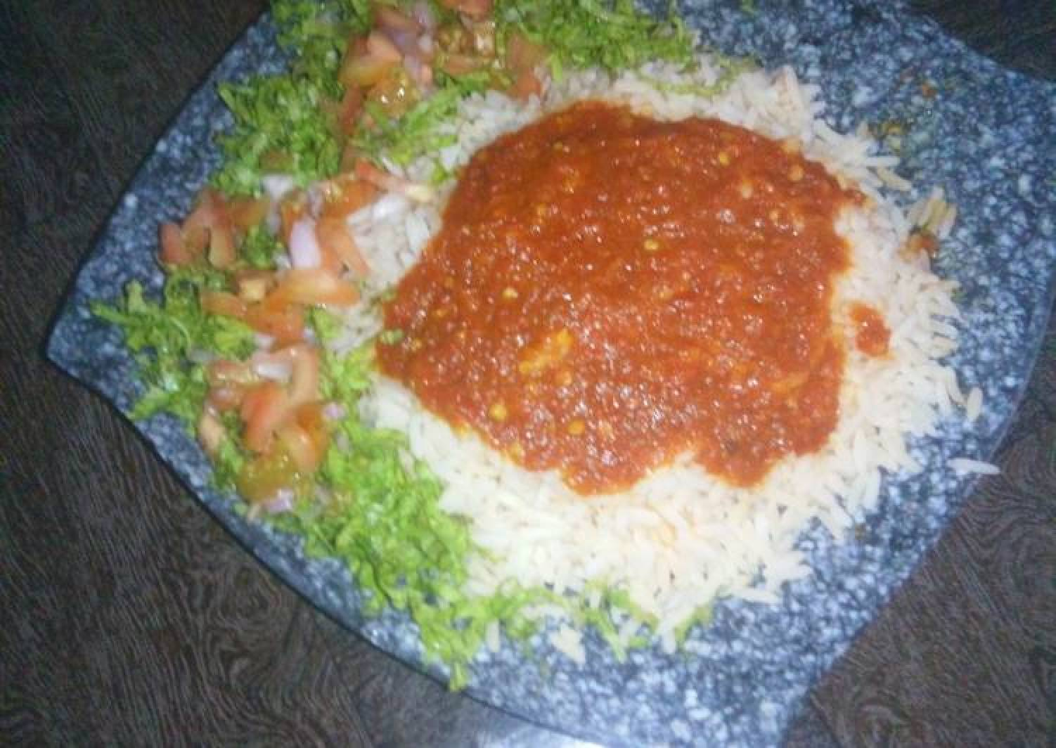 Rice and stew with lettuce salad