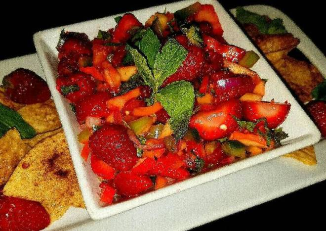 Mike's Peppered Fruit Salsa With Cinnamon Chips
