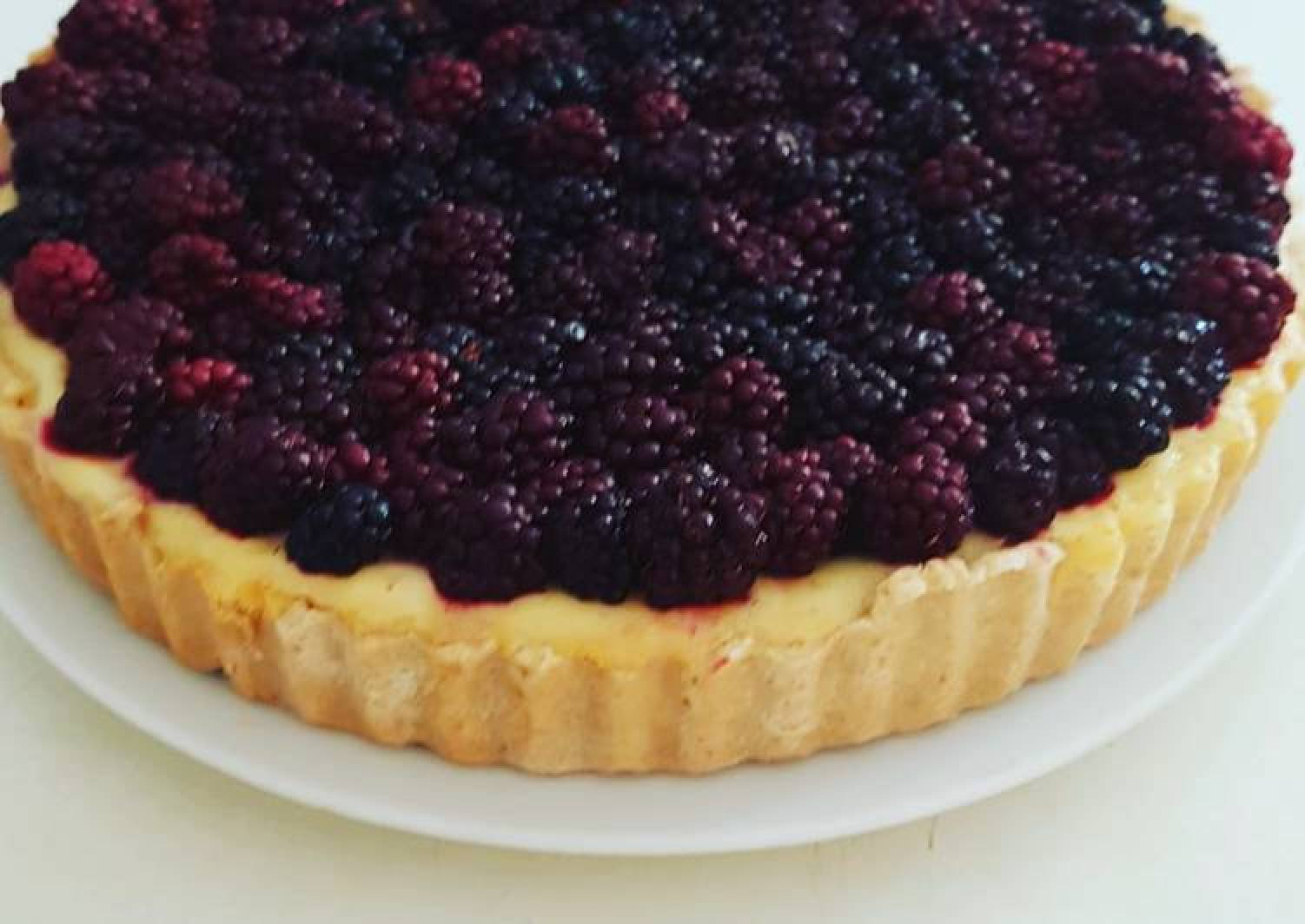 Baked cheesecake tart with blackberries