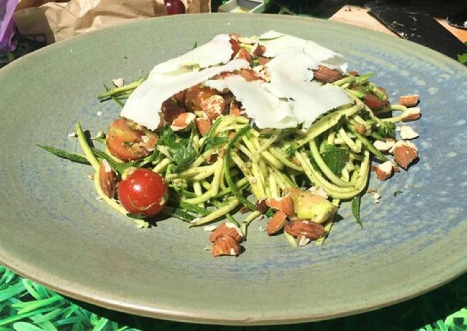 Pesto courgetti salad with feta and almonds