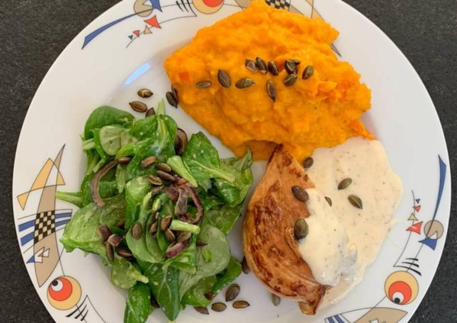 Honig-Senf-Hähnchen mit Kürbispüree und Feldsalat