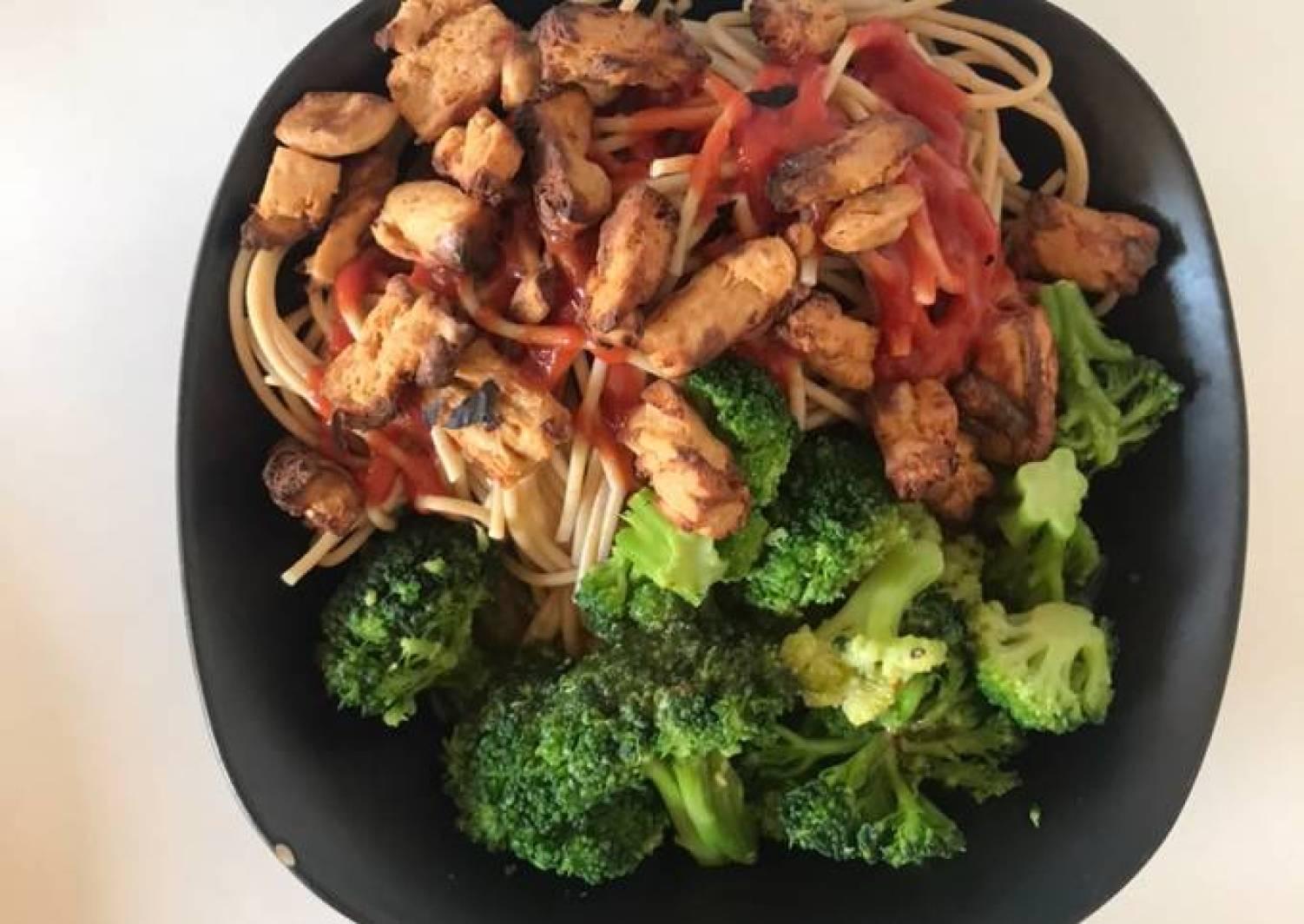 Vegansk spagetti med broccoli, ketchup og solsikkekerner