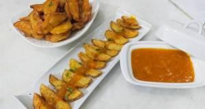 Crispy potato wedges with spicy mango sauce