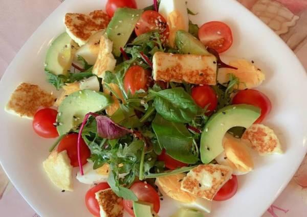 Салат с авокадо и жареным халуми - пошаговый рецепт с фото ...
