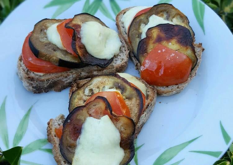 Tartine aubergine, tomate, fromage de brebis