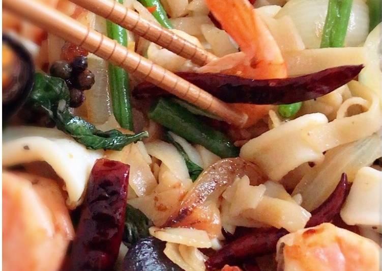 Drunken noodles Stir-Fried Seafood Pad Kee Mao HelpfulCook