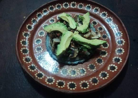 Sope de maíz azul de champiñones con hojas de aguacate, quelites y aguacate Mamá Chole
