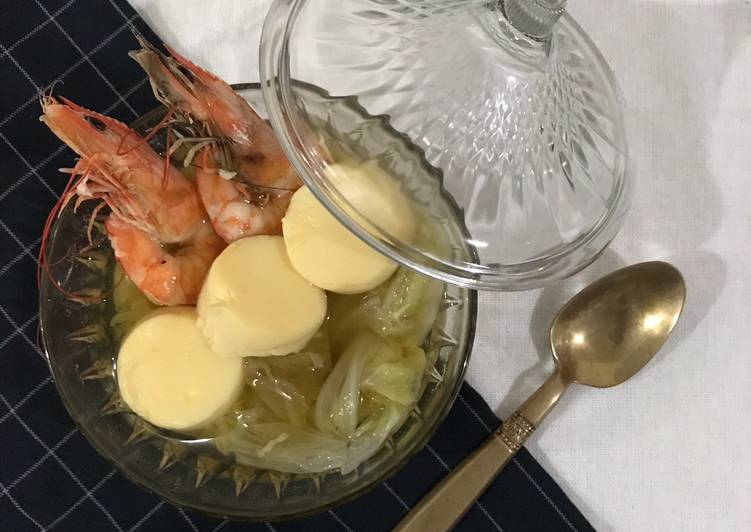 Chinese cabbage soup with prawn and egg tofu
