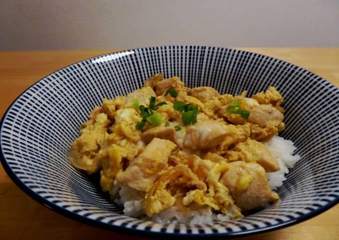 Der einfache Weg Um Superschnelle Hausgemachte Hähnchen und Ei Reis-Bowl (Oyakodon) zuzubereiten