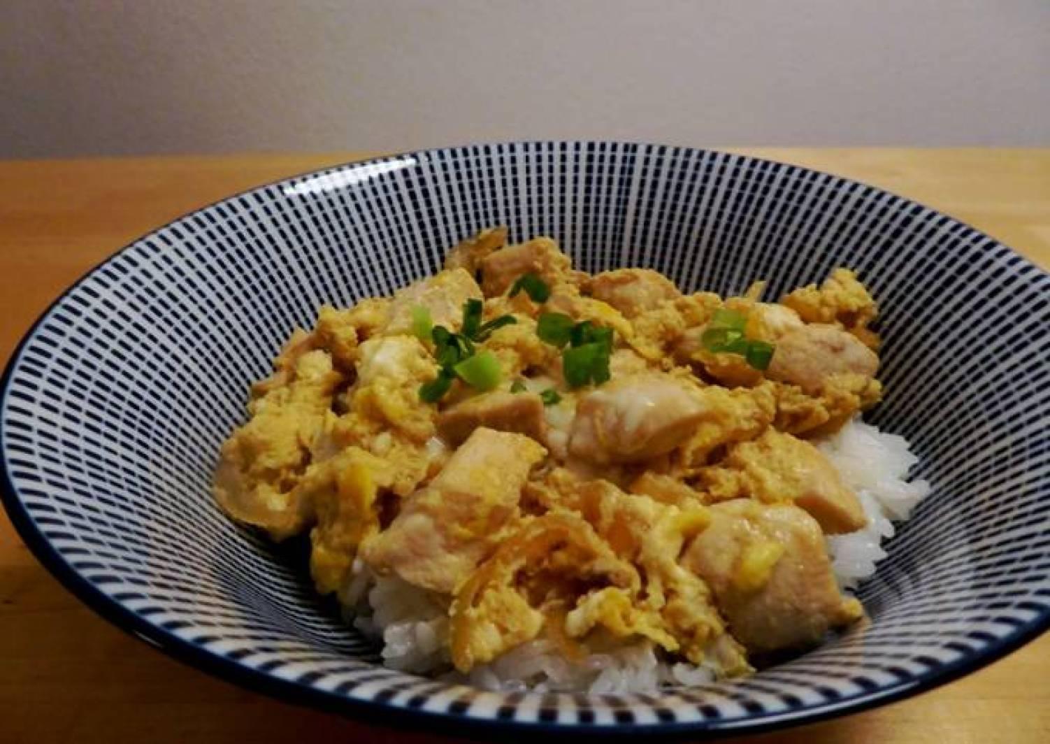 Hähnchen und Ei Reis-Bowl (Oyakodon)